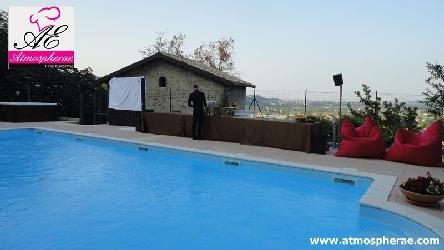bordo piscina con casa in pietra sullo sfondo